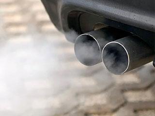 ¿Qué problemas puede significar los diferentes colores del humo de escape de tu auto?